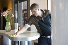 Bild zeigt Mitarbeiter mit Behinderung am Arbeitsplatz